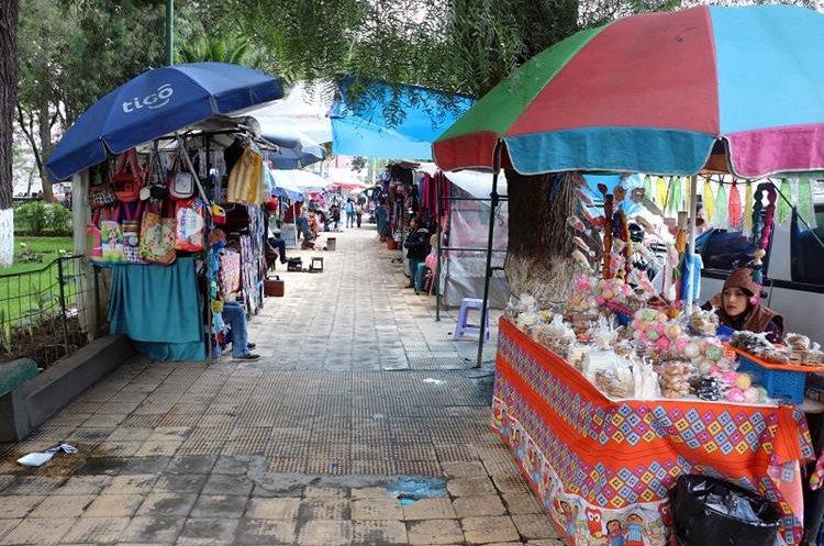 Cada día hay más vendedores ambulantes en el parque Benito Juárez, en la zona 3 de Xela, el cual ha dejado de ser un lugar de recreo. (Foto Prensa Libre: Carlos Ventura)