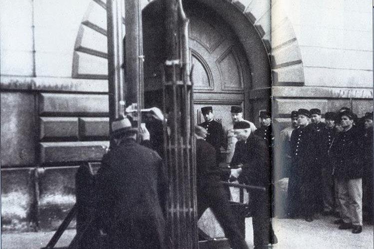 Nadie se dio cuenta de que la ejecución estaba siendo filmada desde la ventana de un apartamento al lado de la prisión. (Foto: Rare Historical Photos)