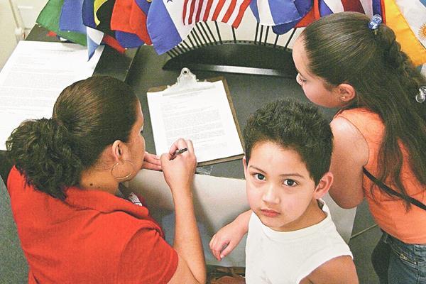 El proyecto permitiría a niños pobres acceder a servicios médicos sin importar su estatus legal.