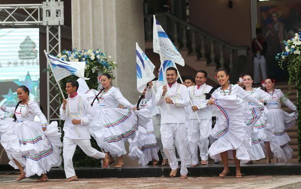 Un grupo de bailarines de danza folclórica participan en el comienzo de las fiestas de la Independencia en Honduras. (EFE)