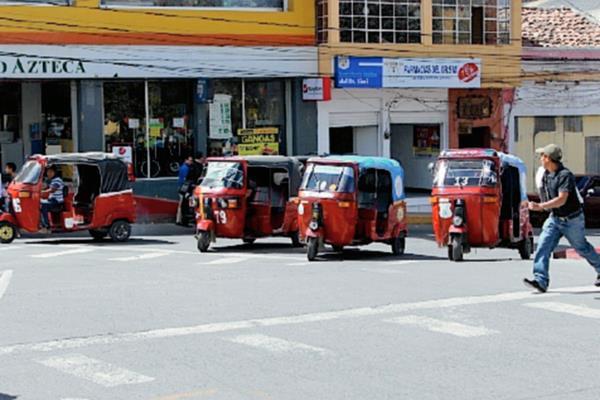 Autoridades municipales y de la Gremial de Transportistas de Quiché acordaron sancionar al propietario y piloto de transporte si comete algún ilícito. (Foto Prensa Libre: Óscar Figueroa)