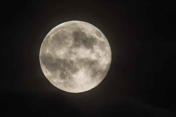 Extraña caverna aportará detalles sobre la composición del caprichoso suelo lunar. (Foto Prensa Libre: EFE)
