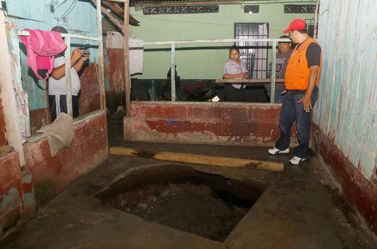 Vecinos del barrio Monterrey, zona 4 de Retalhuleu, temen que el agujero se haya formado porque en el pasado en ese lugar funcionó un pozo artesanal. (Foto Prensa Libre: Rolando Miranda)
