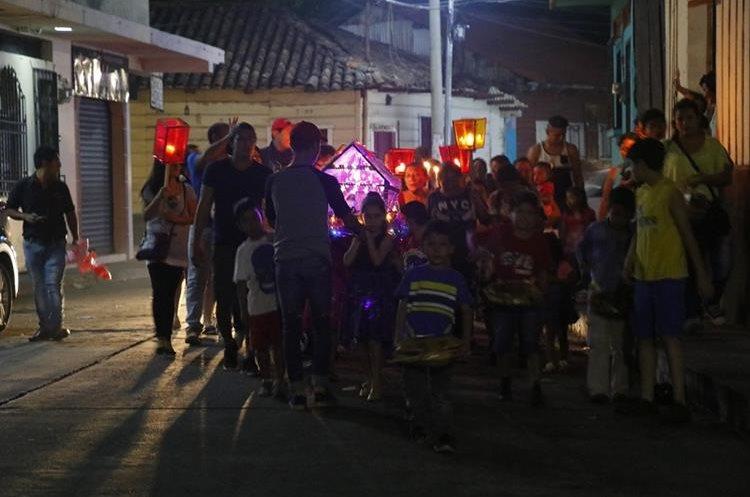 Niños van al frente de la posada, en calles de Retalhuleu, haciendo sonar caparazones de tortugas. (Foto Prensa Libre: Rolando Miranda)
