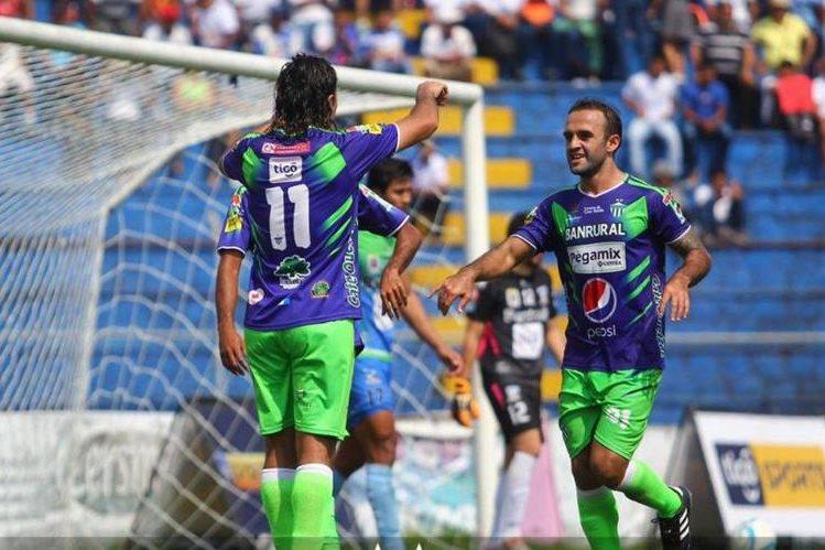 Agustín Herrera festeja con José Manuel Contreras uno de los goles de Antigua contra Suchi. (Foto AntiguaGFC).