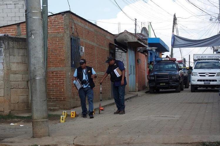 Peritos del Ministerio Público recogen evidencias en la cabecera de Chimaltenango, donde un hombre fue ultimado. (Foto Prensa Libre: Víctor Chamalé)