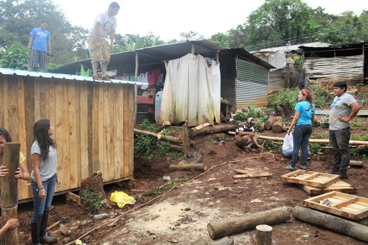 Voluntarios trabajan en la construcción de las 20 casas que se entregarán a las familias de escasos recursos de la aldea El Cuje, Pueblo Nuevo Viñas, Santa Rosa. (Foto Prensa Libre: Oswaldo Cardona).