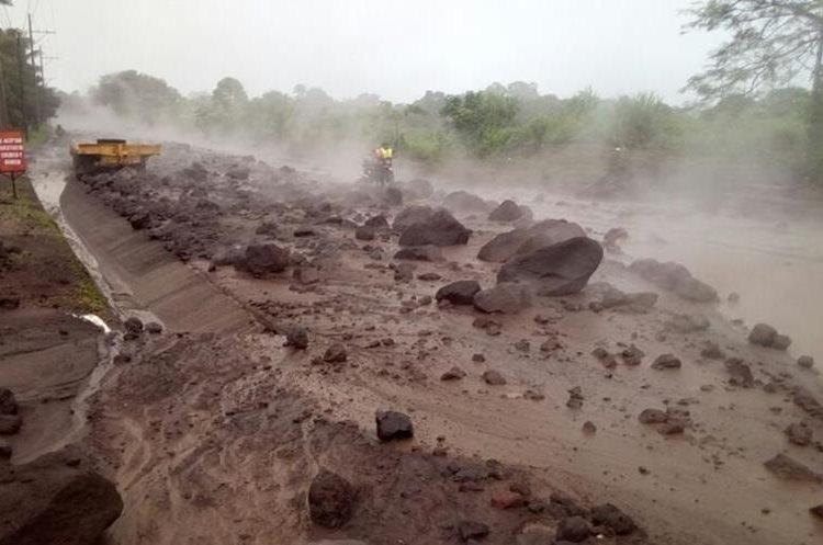 Grandes rocas y material lodoso caliente se puede observar sobre el asfalto.