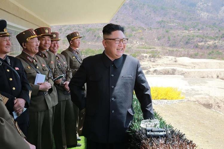 Foto sin fecha donde el dictador Kim Jong Un inspecciona operaciones militares en Corea del Norte. (Foto: AFP)