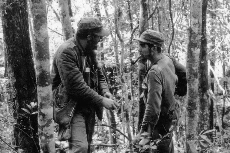 Fidel Castro y Ernesto Che Guevara en Sierra Maestra, Cuba en 1957. (Foto: AFP)
