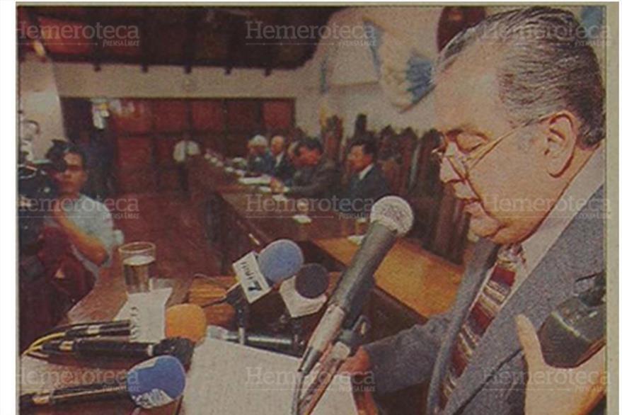Magistrado de la CC Carlos Reynoso lee al Congreso opinión desfavorable de la CC. (Foto: Hemeroteca PL)