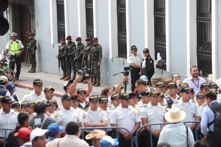 Manifestantes no pueden pasar hacia el Congreso de la República por una valla de seguridad conformada por la PNC y Ejército. (Foto Prensa Libre: Érick Ávila)