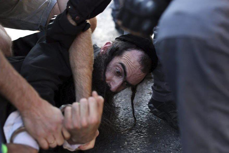 La policía detiene al  ultraortodoxo Yishai Shlissel, presunto autor del ataque durante la Marcha del Orgullo Gay en Jerusalén. (Foto Prensa Libre: EFE).