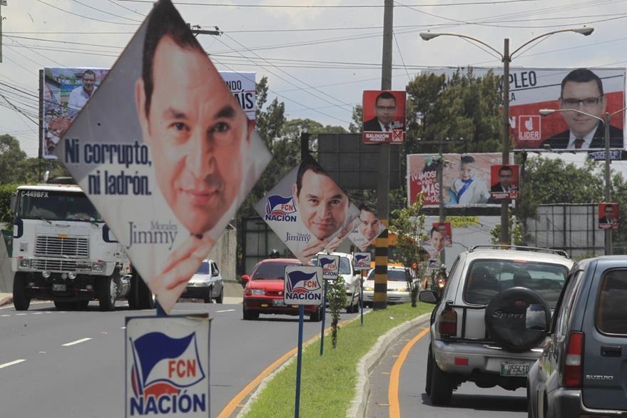 La Municipalidad de la capital retiró la propaganda política de parques y monumentos. (Foto Prensa Libre. E. Bercian