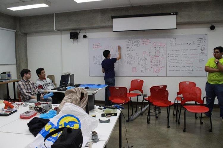 En el laboratorio también hay mesas para tener reuniones, hacer pruebas y medición de prototipos, entre otras actividades. (Foto Proyecto CubeSat)