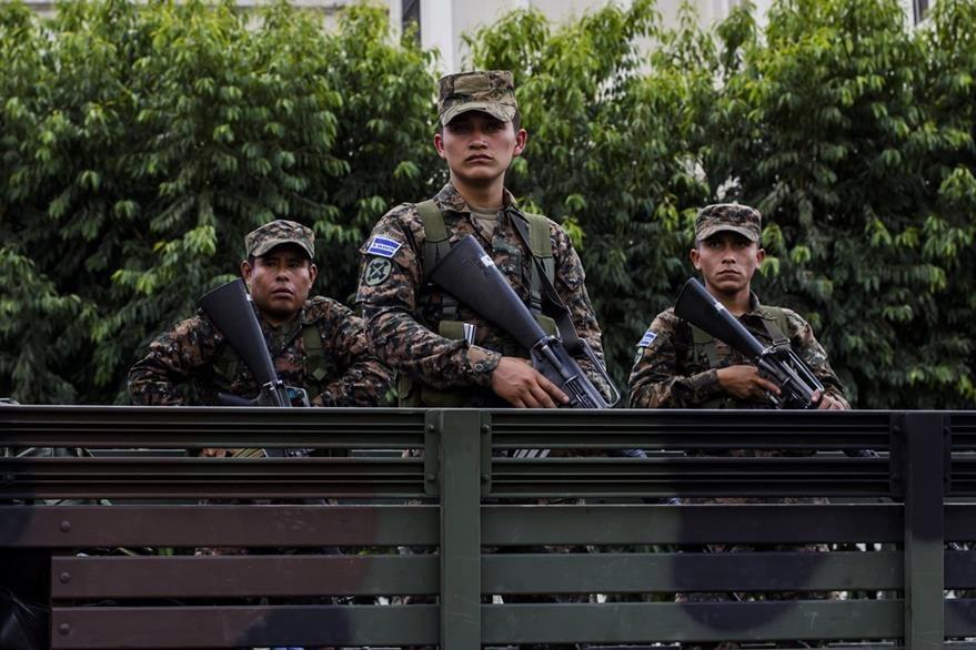 Militares en San Salvador. Parte de los recursos aprobados se destinarán al Ejército. (Foto Prensa Libre: AP).