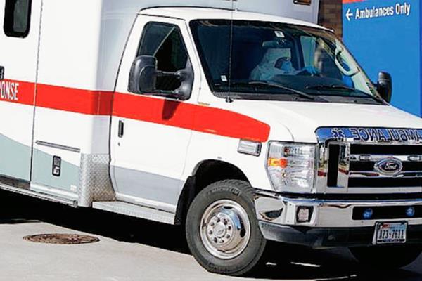 Actor Ken Beider fue llevado en ambulancia al hospital luego de ser acuchillado por otra actriz durante la puesta en escena. (Foto Prensa Libre AP)