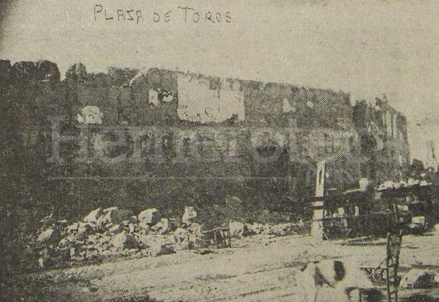 La vieja Plaza de Toros de la época colonial estaba ubicada en la actual plazuela Barrios. La foto ilustra el estado en que quedó y por lo cual tuvo que ser demolida. (Foto: Hemeroteca PL)