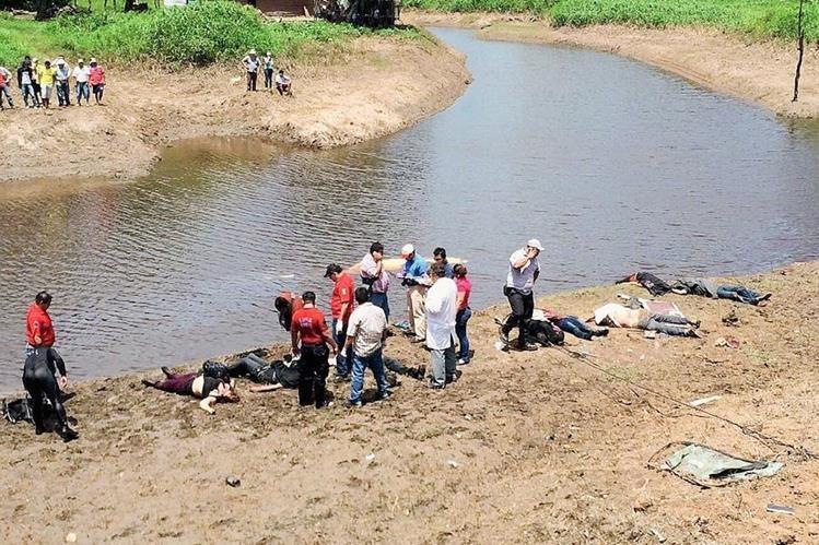 Forenses inspeccionan el área donde ocurrió el accidente en Jalapa, México. (Foto Prensa Libre: EFE).