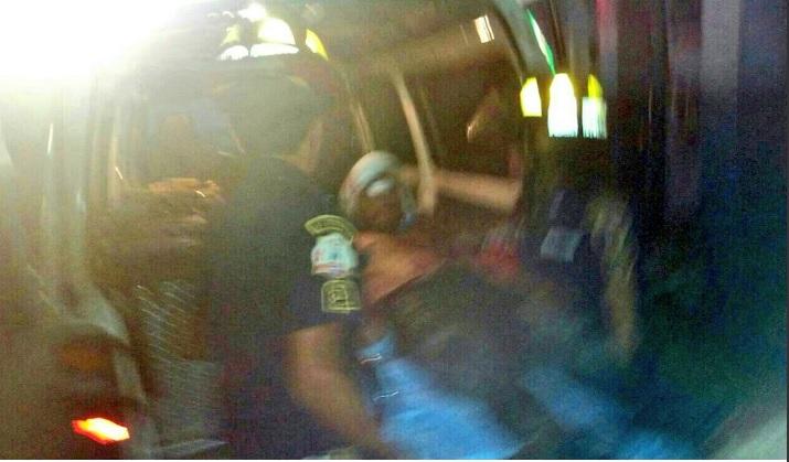 Uno de los vapuleados es atendido por socorristas. (Foto Prensa Libre: Alexander Coyoy)