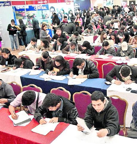 Miles de personas asisten a las ferias de empleo.