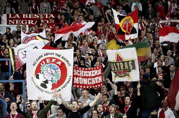 Aficionados del Bayern ondean una bandera con críticas a la UEFA.