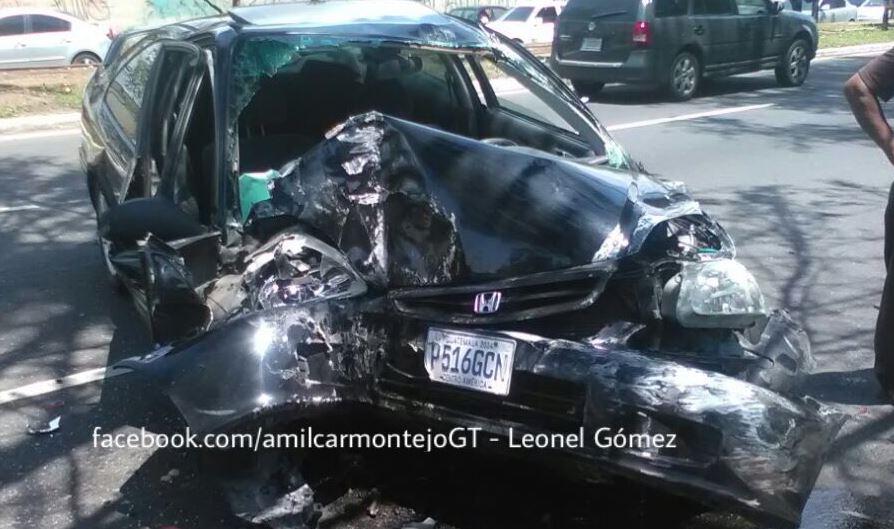 Uno de los vehículos chocados en la calzada Atanasio. (Foto: Leonel Gómez)