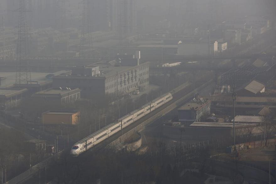 Pekín, la capital de China, mantendrá la alerta naranja por contaminación hasta la madrugada del próximo jueves. (Foto Prensa Libre: EFE).