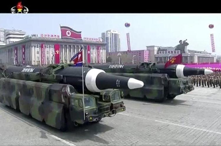 El proyectil ha sido trasladado en camión durante el desfile para ser presentado delante del propio Kim. (Foto Prensa Libre: AP)