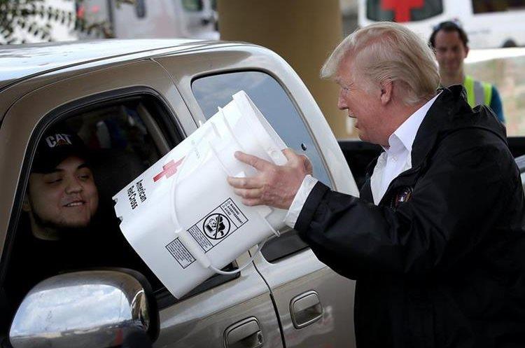 Trump entrega donativos a los damnificados de Texas por la tormenta Harvey.