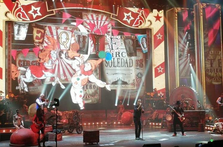 El escenario que utiliza Ricardo Arjona en la gira Circo Soledad, integra personajes reales de circo. (Foto Prensa Libre: Keneth Cruz)