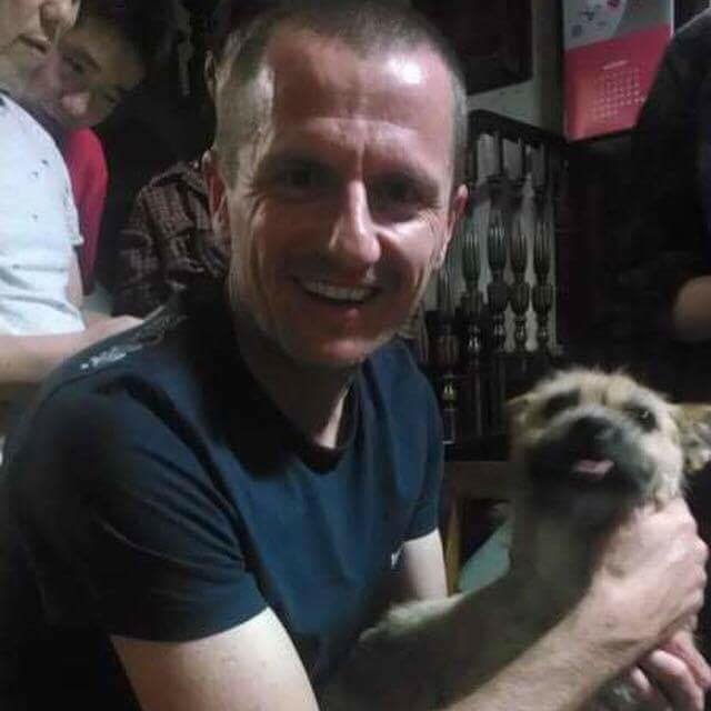 El atleta australiano, Dion Leonard, posa junto a su nueva mascota, la perrita Gobi. (Foto Facebook/Bring Gobi Home).