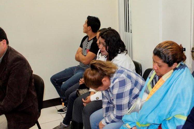 Los sindicados de extorsión escuchan la decisión de tribunal de Quetzaltenango. (Foto Prensa Libre: María José Longo).