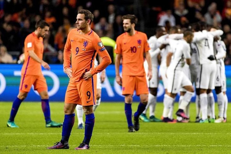 El contraste de la felicidad de los jugadores de Francia y la tristeza de los de Holanda. (Foto Prensa Libre: EFE)