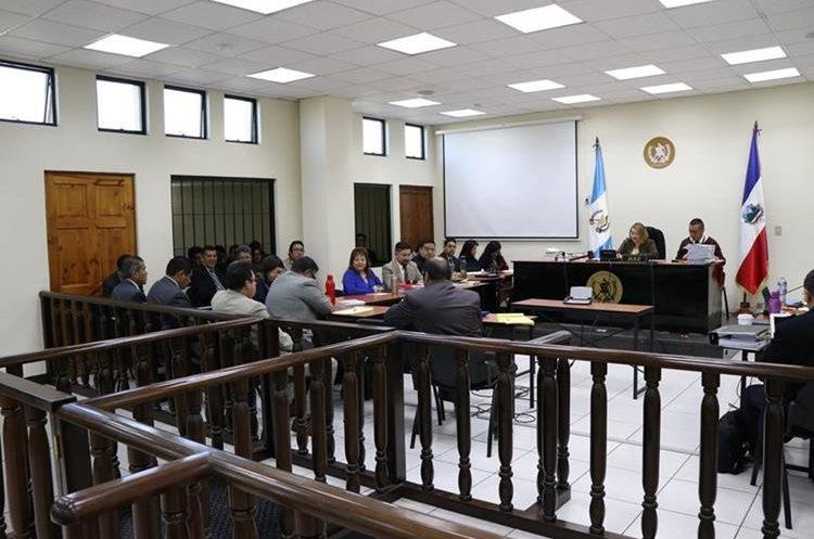 En la audiencia de la mañana de este miércoles la fiscalía imputo los hechos al exalcalde de Xela. (Fotos Prensa Libre: María Longo)