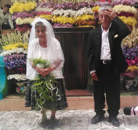 Jacinta Lem, de 77 años, y Emilio Caal, 80, se casaron en la iglesia evangélica Camino de Santidad, de Tucanjá, San Cristóbal Verapaz. (Foto Prensa Libre: Eduardo Sam)