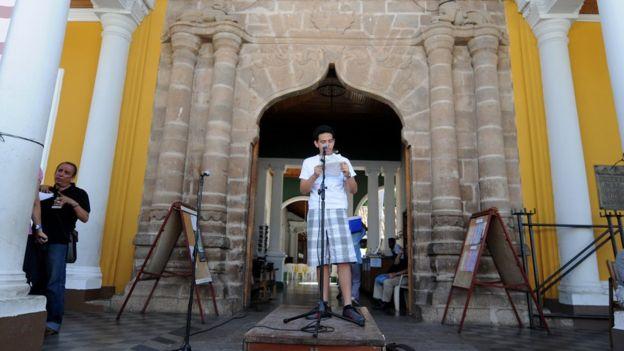 """Todavía hoy, muchos nicaragüenses """"del común"""" aprovechan el festival de Granada para leer en público sus versos. AFP"""