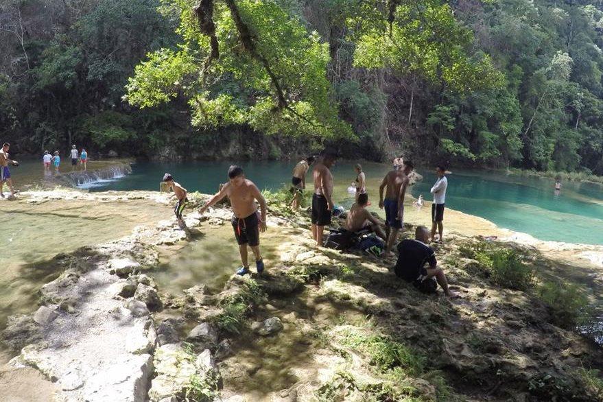 Visitantes disfrutan de las aguas del sitio turístico. (Foto Prensa Libre: Eduardo Sam).