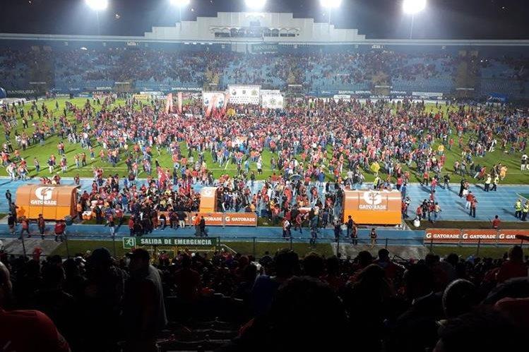 Los escarlatas no pudieron contener a los aficionados en la final de vuelta. (Foto Prensa Libre: Norvin Mendoza)