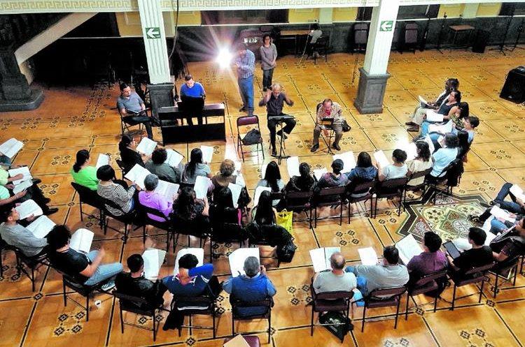 Uno de los ensayos del Coro Universitario, en el Paraninfo Universitario, zona 1. En total, serán 83 los coristas que participarán en escena. (Foto Prensa Libre: Cortesía de Julio Santos)