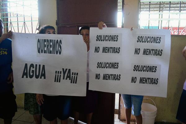 Los vecinos  afectados en San Felipe, Retalhuleu, protestaron en  la municipalidad para exigir que  solucionen el problema de falta de  agua. (Foto Prensa Libre: Jorge Tizol)
