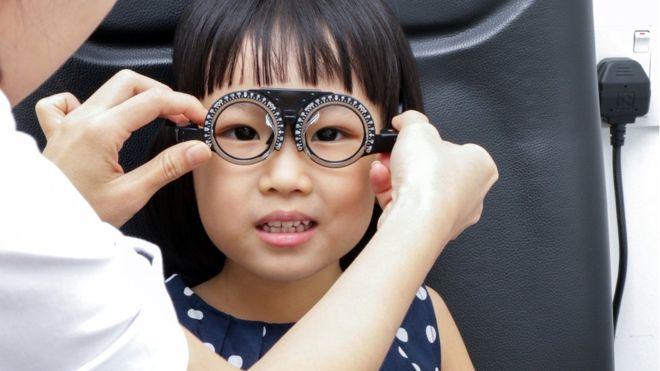 El aumento de miopía en las últimas décadas ha sido enorme y ahora afecta a la gran mayoría de los jóvenes en algunos países del este de Asia, como China y Corea del Sur. (GETTY IMAGES)