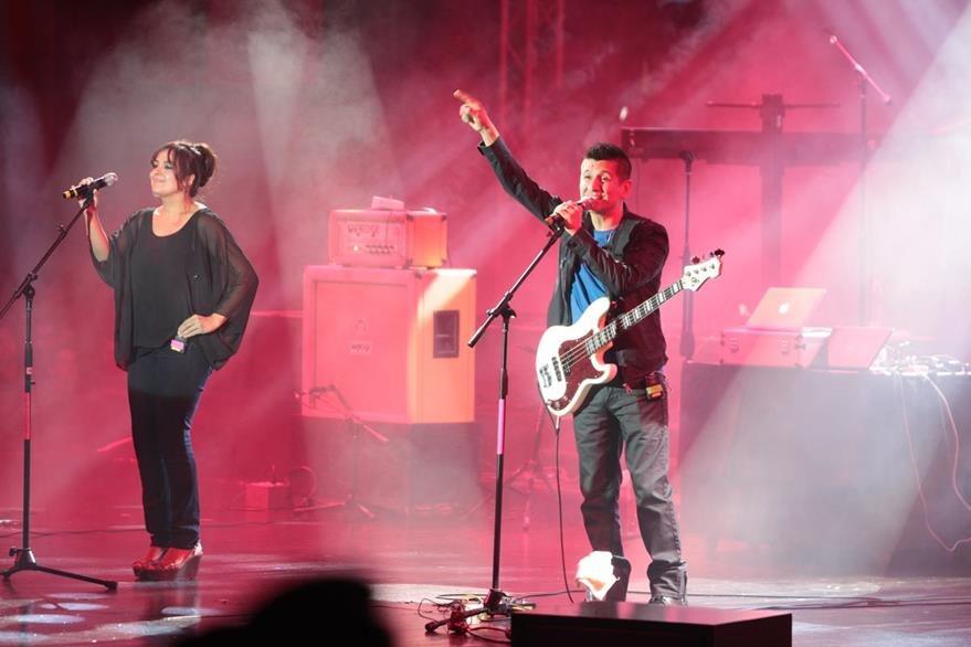 Rojo invita a cantar sus canciones a los asistentes. (Foto Prensa Libre: Ángel Elías)