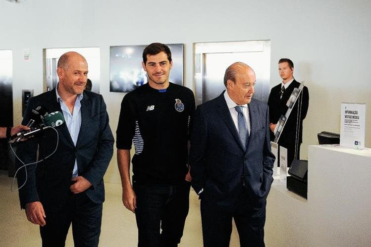 ker Casillas, en su visita al Museo del Porto junto al presidente del club Jorge Pinto da Costa. (Foto Prensa Libre: AP)