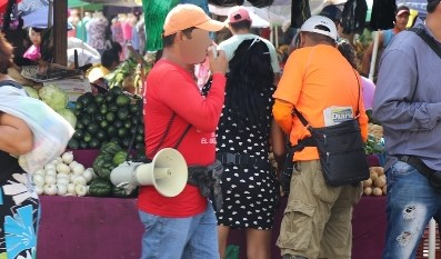 Los vendedores de la lotería Bono El Amigo se distinguen por la playera roja y operan en varios mercados del país. (Foto Prensa Libre: Hemeroteca PL).