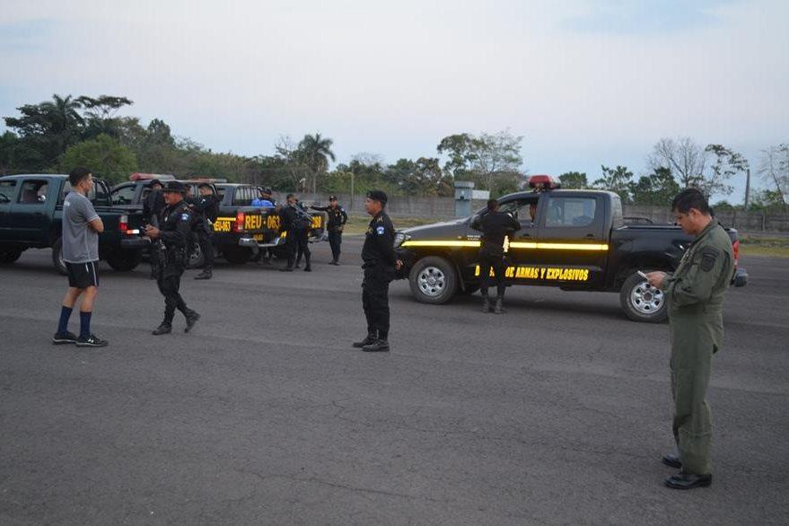 Autoridades de varias instituciones trabajan en conjunto en el lugar donde se hallaron los restos de una avioneta. (Foto Prensa Libre: Jorge Tizol)