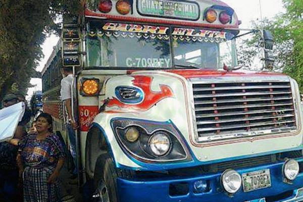 El bus fue asaltado en la ruta que de San Martín Jilotepeque conduce a la cabecera de Chimaltenango. (Foto Prensa Libre: Abdiel CG)