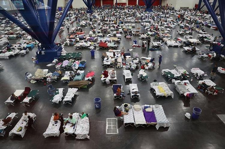 El centro de convenciones de George R. Brown llenó la capacidad ya recibió a más de 9 mil evacuados. (AFP).