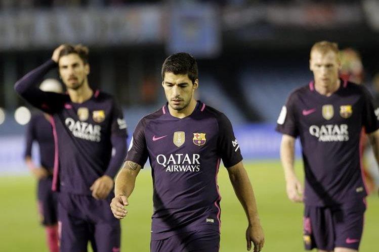 Los jugadores del Barcelona muestran su frustración luego de perder con el Celta. (Foto Prensa Libre: EFE)