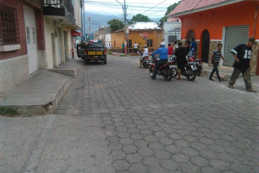 Agentes de la Policía Nacional Civil (PNC) resguardan el lugar donde desconocidos atacaron al comunicador Víctor Hugo Valdez. (Foto Prensa Libre: Edwin Paxtor)